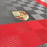 sol avec logo Porsche