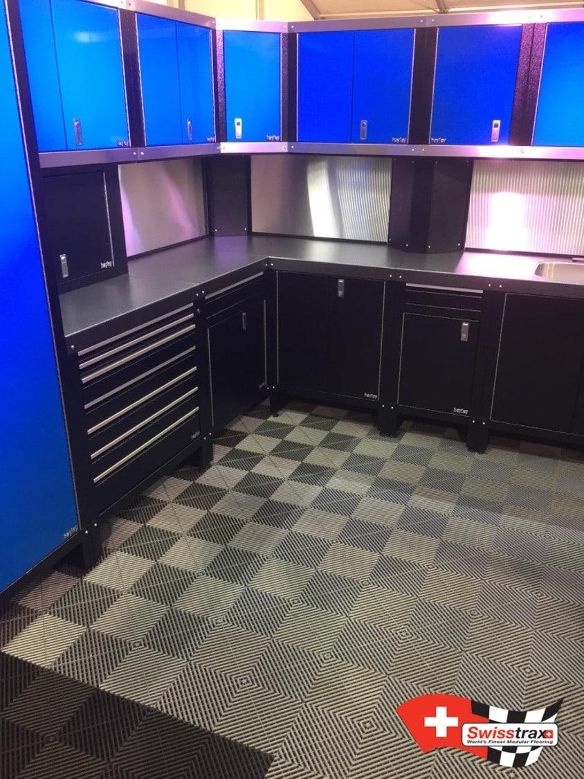 sol atelier moto swisstrax dalles de sol pour atelier moto. Black Bedroom Furniture Sets. Home Design Ideas