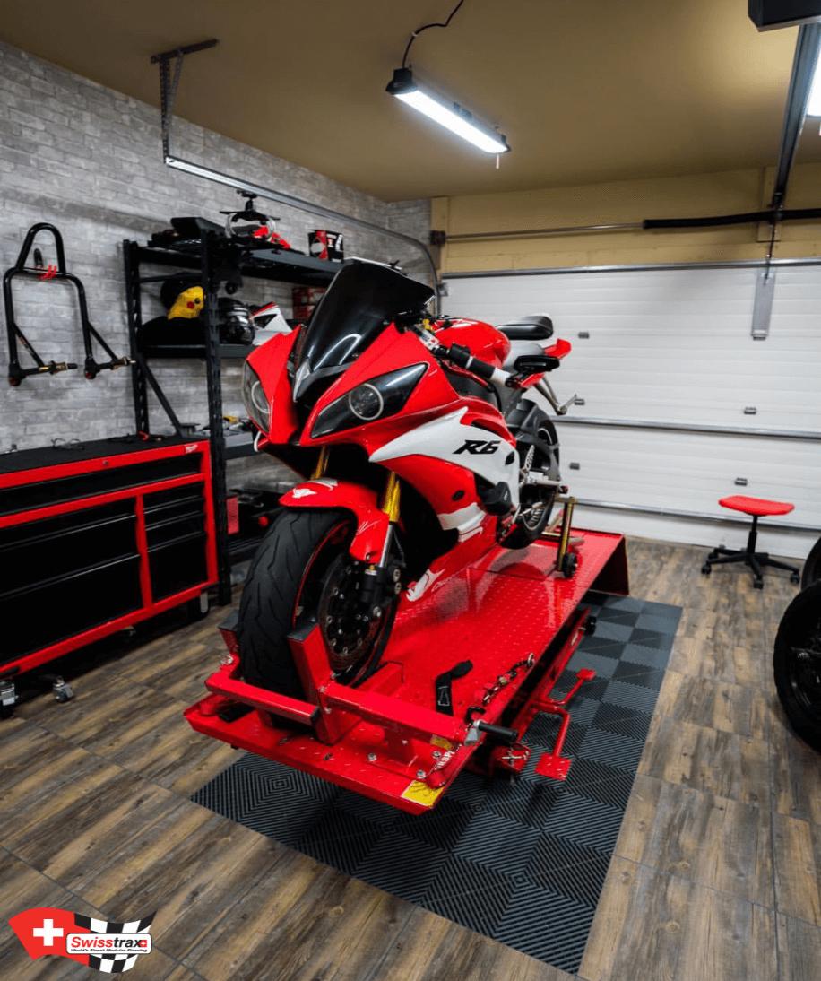 Sol atelier moto swisstrax dalles de sol pour atelier moto for Amenagement garage moto